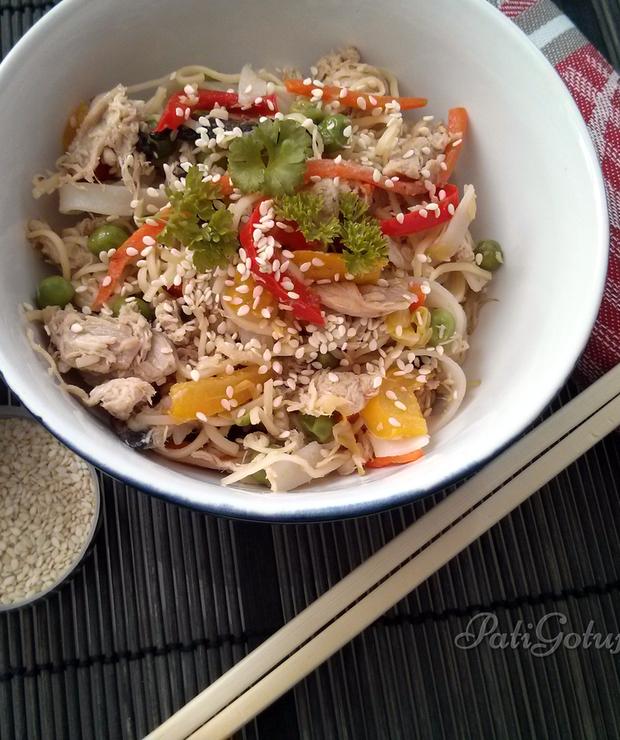 Makaron chiński z kurczakiem i warzywami - Dania z makaronu
