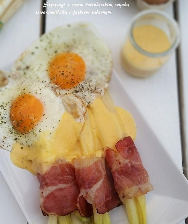 Białe szparagi z szynką szwarcwaldzką sosem holenderskim i sadzonym jajkiem - Na gorąco