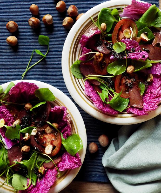 Kolorowa sałatka z czerwonej kapusty pekińskiej i portulaki zimowej z czarną quinoą i szynką z jelenia - Bezglutenowe