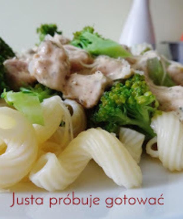 Pyszny makaron z kurczakiem i brokułami - Dania z makaronu
