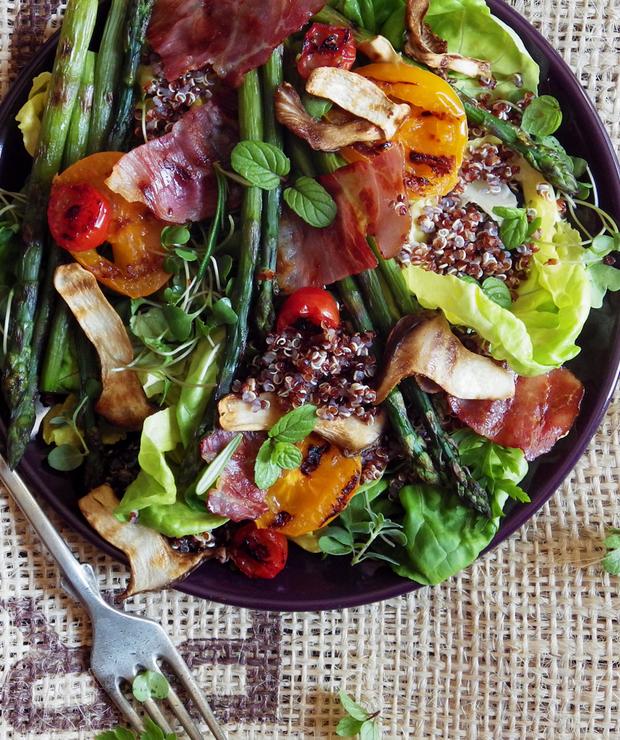 Sałatka z czerwoną quinoą i grillowanymi różnościami  - Bezglutenowe