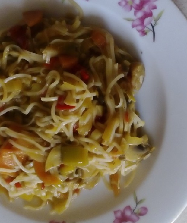 Sałatka z makaronem i warzywami - Dania z makaronu