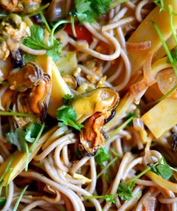 Makaron soba z małżami o azjatyckim smaku - Małże
