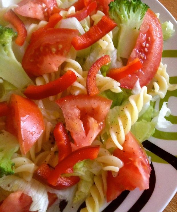 Sałatka z makaronem i warzywami. - Surówki
