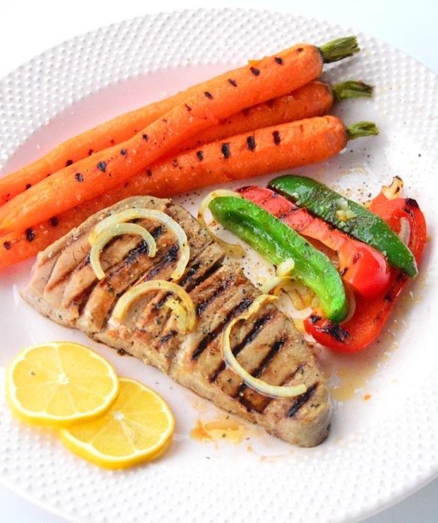 Grillowany stek z tuńczyka z młodą marchewką i papryką - Tuńczyk