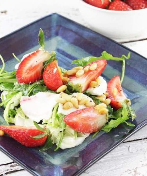 Sałatka z mozzarellą i truskawkami - Surówki