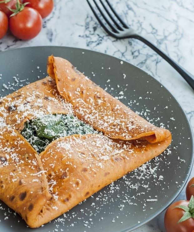 Naleśniki pomidorowe ze szpinakiem i parmezanem - Jarskie