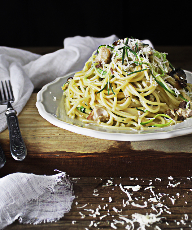 Spaghetti carbonara z wędzoną makrelą – Jamiego Oliviera - Dania z makaronu