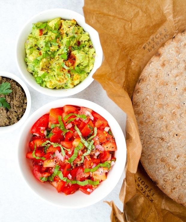Bruschetta, guacamole i tapenada – prosty przepis na pasty do chleba - Na zimno