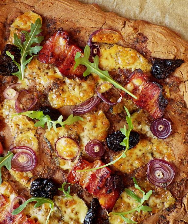 Bezglutenowa pizza z regionalnymi dodatkami na spodzie z mąką z quinoy  - Bezglutenowe