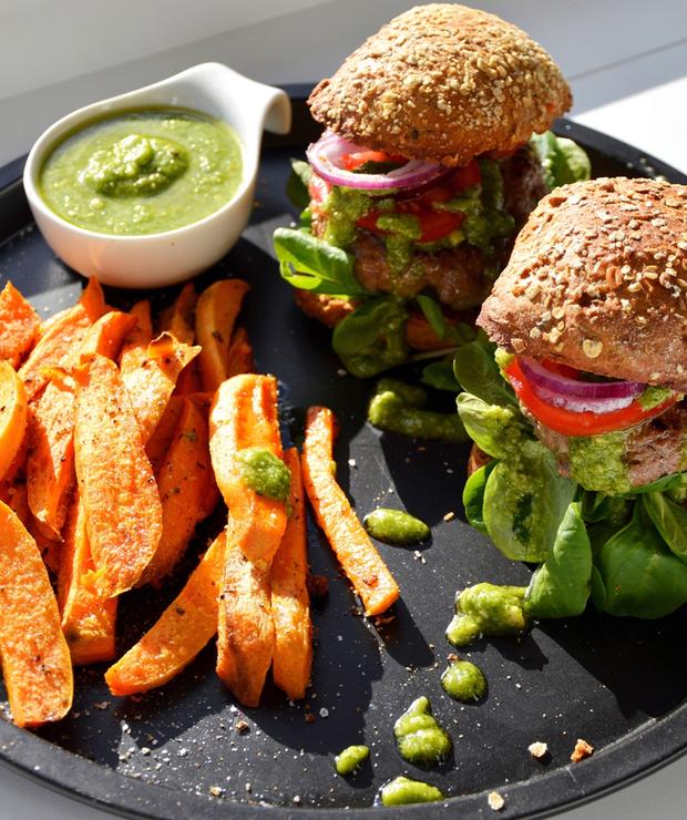 Burgery z pesto bazyliowym i frytkami z batatów - Wołowina