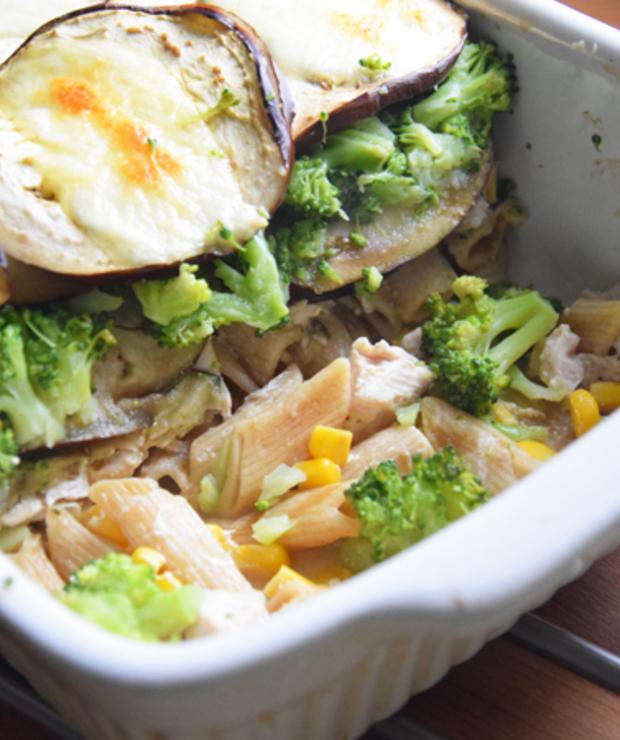 Zapiekanka z bakłażanem, makaronem, brokułem, indykiem i kukurydzą  - Dania z makaronu