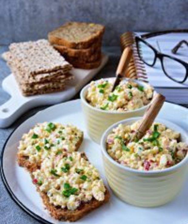 Pasta jajeczna zwędzonym twarogiem irzodkiewką - Pasty do chleba