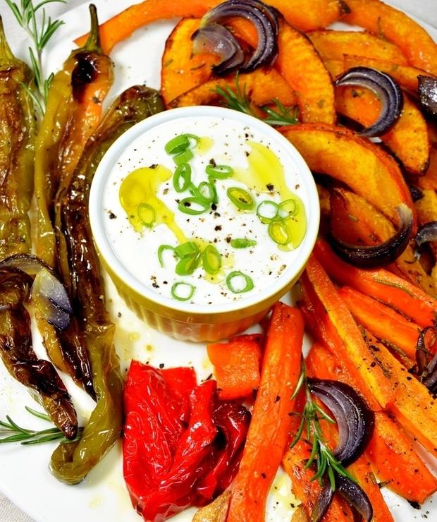 Pieczone warzywa z rozmarynem i sosem czosnkowym - Na gorąco
