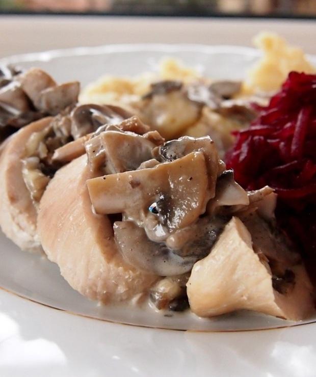 Roladki z indyka z pieczarkami, serem żółtym i suszoną śliwką - Drób