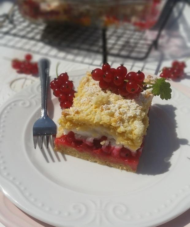 Ciasto kruche z czerwonymi porzeczkami bezą i kruszonką - Kruche