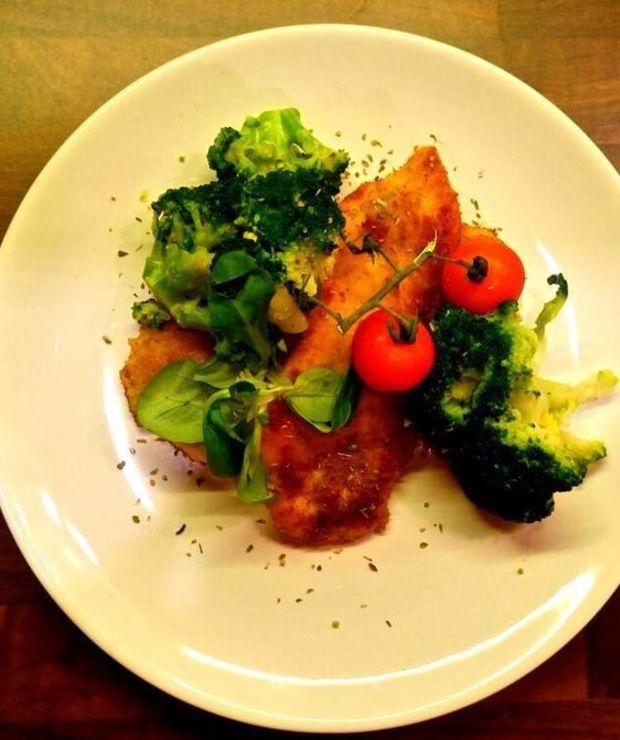 Panierowana pierś z kurczaka z brokułami - Drób