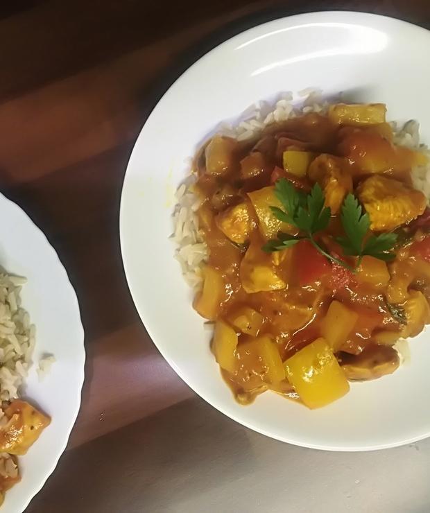 Kurczak z ryżem w sosie curry - Drób
