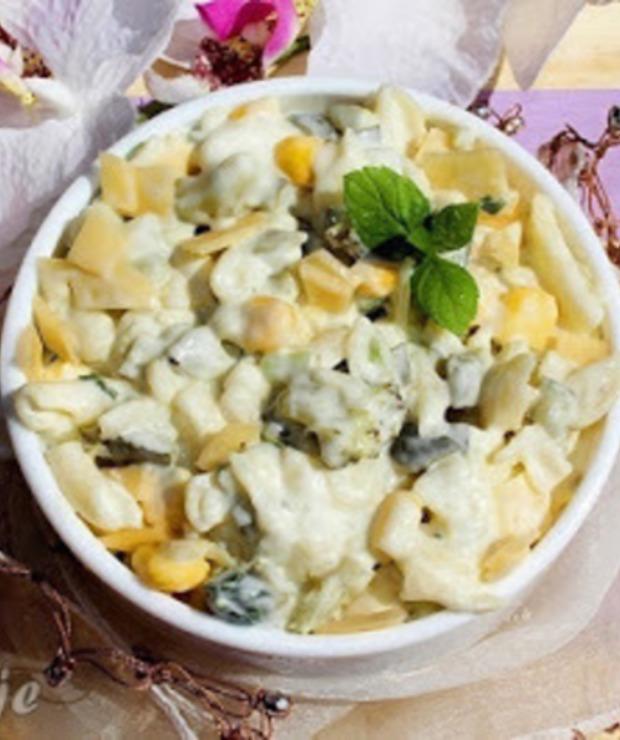 Sałatka makaronowa z brokułem, kukurydzą, serem i ogórkiem kiszonym - Jarskie