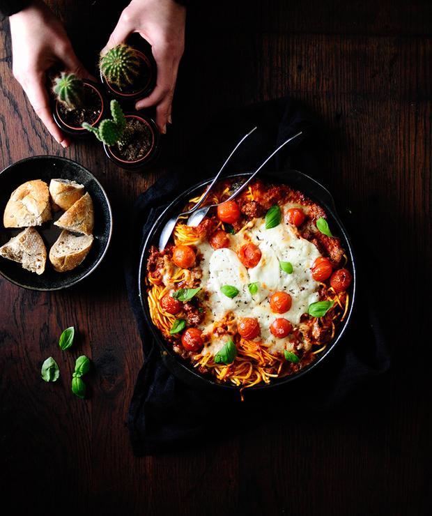 Makaron zapiekany pod serem burrata i sosem z pieczonych warzyw - Dania z makaronu