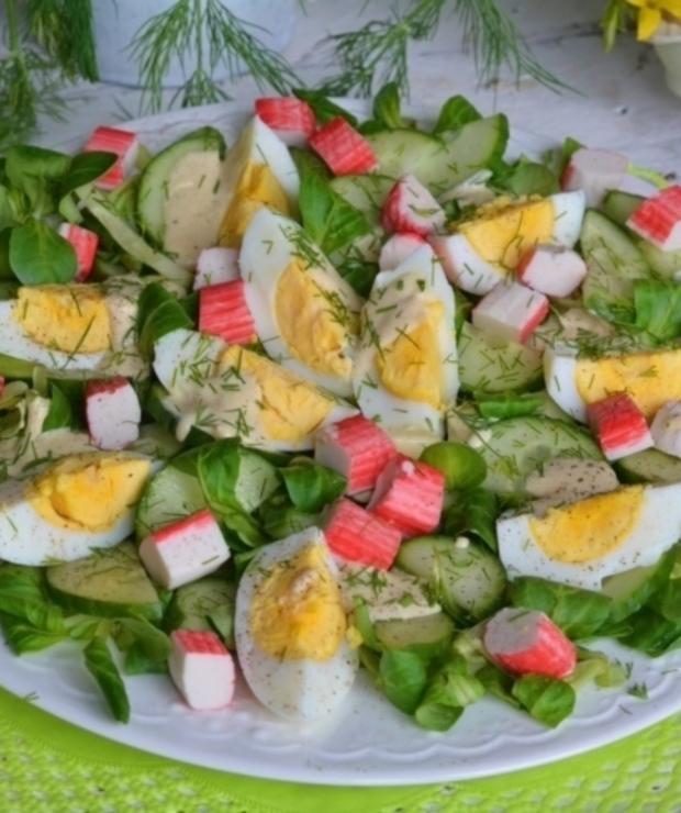 Sałatka z roszponką, ogórkiem, jajkiem i paluszkami krabowymi - Jarskie