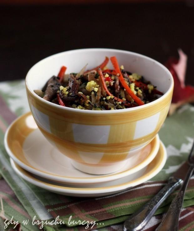 Kasza jaglana z boczniakami i czarnym sezamem - Dania z ryżu i kaszy