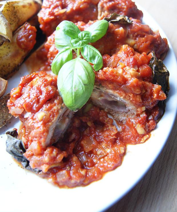 Roladki schabowe z szynką i serem w sosie pomidorowym - Wieprzowina
