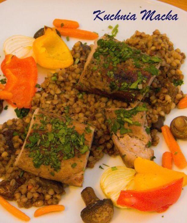 Polędwica sous vide w ziołach na kaszy z grzybami w towarzystwie warzyw grillowanych - Wieprzowina