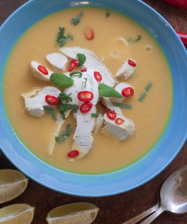 Pikantna zupa z soczewicą, mleczkiem kokosowym i kurczakiem - Kremy