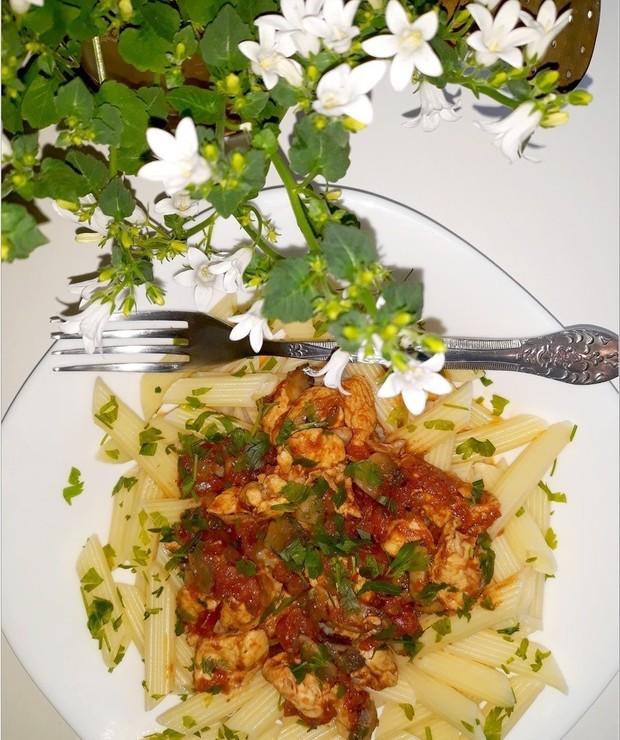 Penne z kurczakiem w sosie pomidorowo-pieczarkowym - Dania z makaronu
