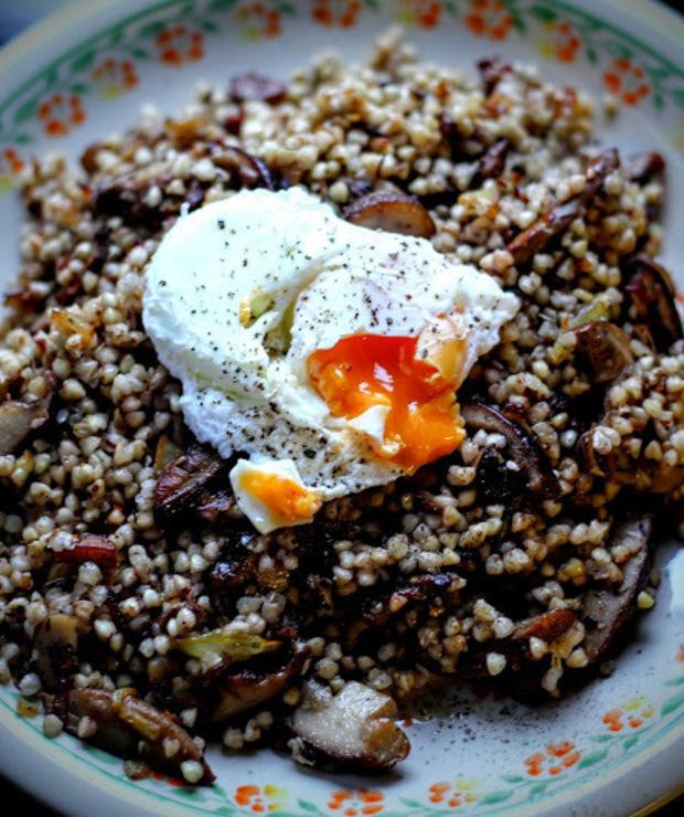 Kasza gryczana z grzybami i jajkiem w koszulce - Dania z ryżu i kaszy