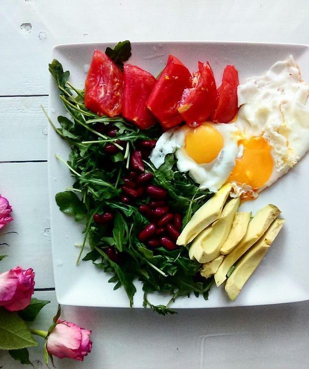 Jaja sadzone z awokado i pomidorami - Jajka i omlety