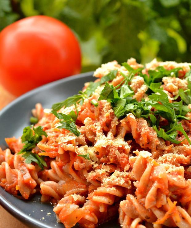 Makaron z sosem ze świeżych pomidorów, cukinią i marchewką - Dania z makaronu