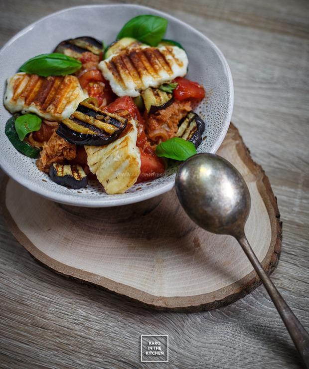 Panzanella – sałatka pomidorowo-chlebowa z grillowanymi warzywami i serem halloumi - Warzywa