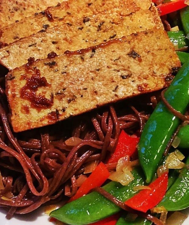 Makaron soba z tofu i groszkiem cukrowym - Dania z makaronu