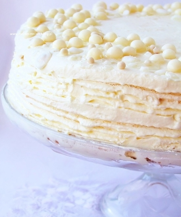 tort z lekkim kremem z bitej śmietany i czekolady… - Torty