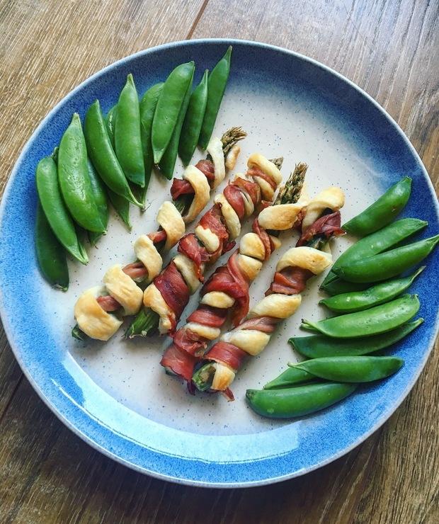 Zielone szparagi w cieście francuskim i szynce - Na gorąco
