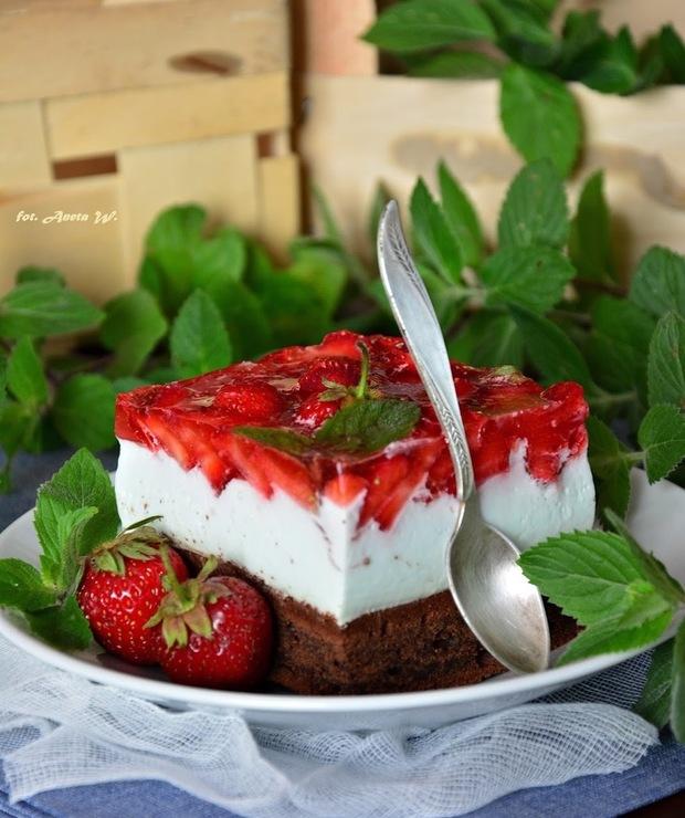Brownie z kremem jogurtowym z ricottą i truskawkami - Serniki