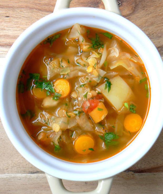 Kapuśniak z młodej kapusty z czerwoną soczewicą, ziemniakami i pomidorami - Z warzywami