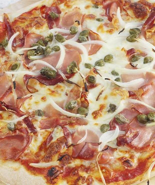 Pizza z szynką parmeńską i kaparami - Chleby