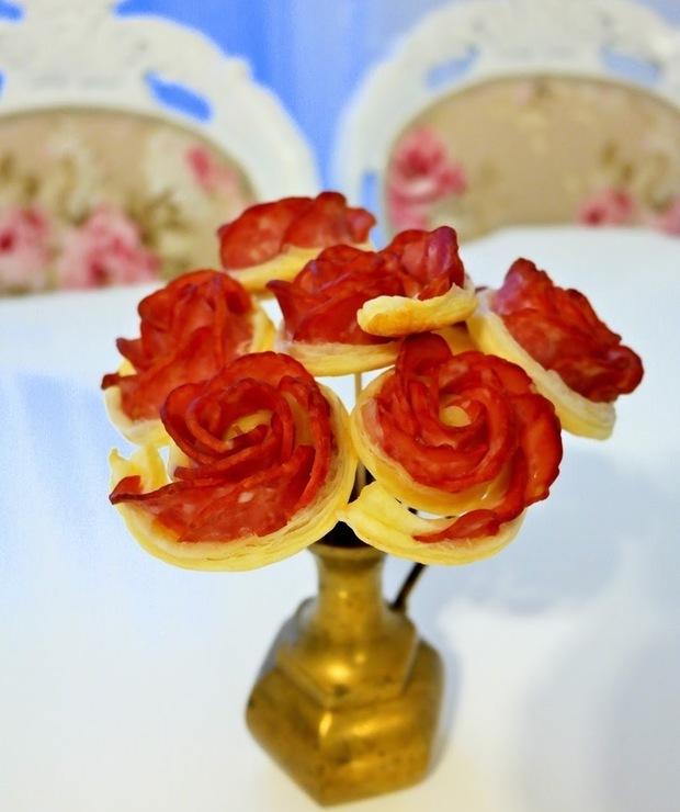 Róże z ciasta francuskiego i kiełbasy - Na zimno