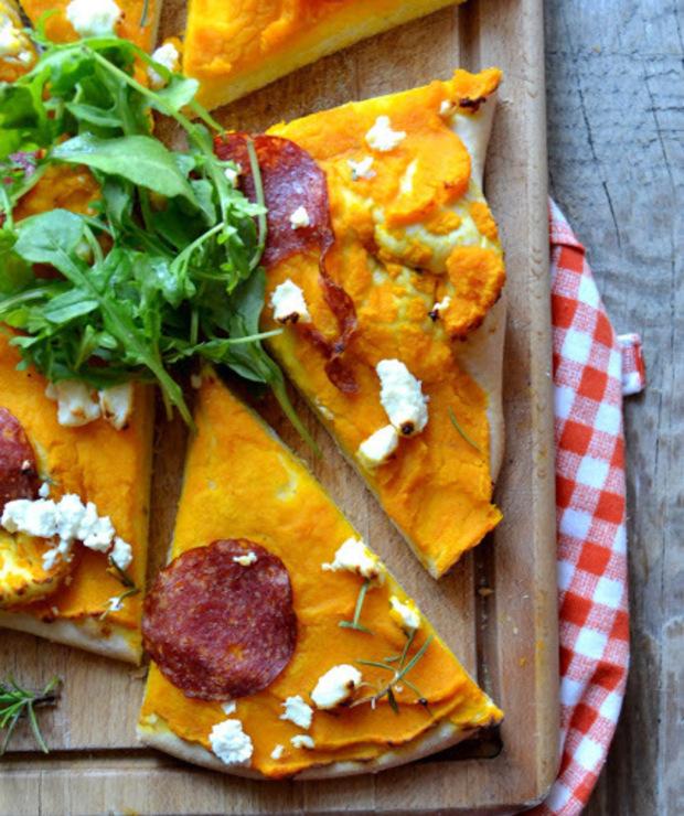 Domowa pizza z pieczoną dynią, rozmarynem, fetą oraz świeżą rukolą.  - Na gorąco