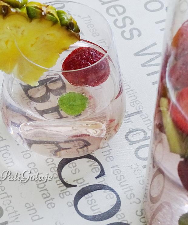 Woda z truskawkami i ananasem - Zimne