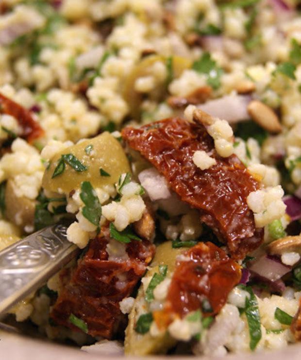 Sałatka - kasza jaglana z pomidorami suszonymi i oliwkami - Jarskie