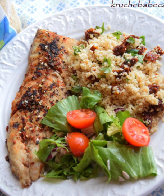 Smażona makrela z razowym kuskusem, suszonym pomidorem i bazylią - Makrela