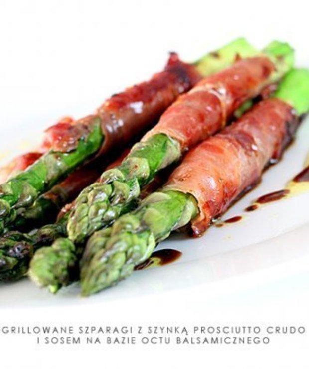 Szparagi grillowane z szynką prosciutto crudo i sosem balsamicznym - Potrawy z grilla