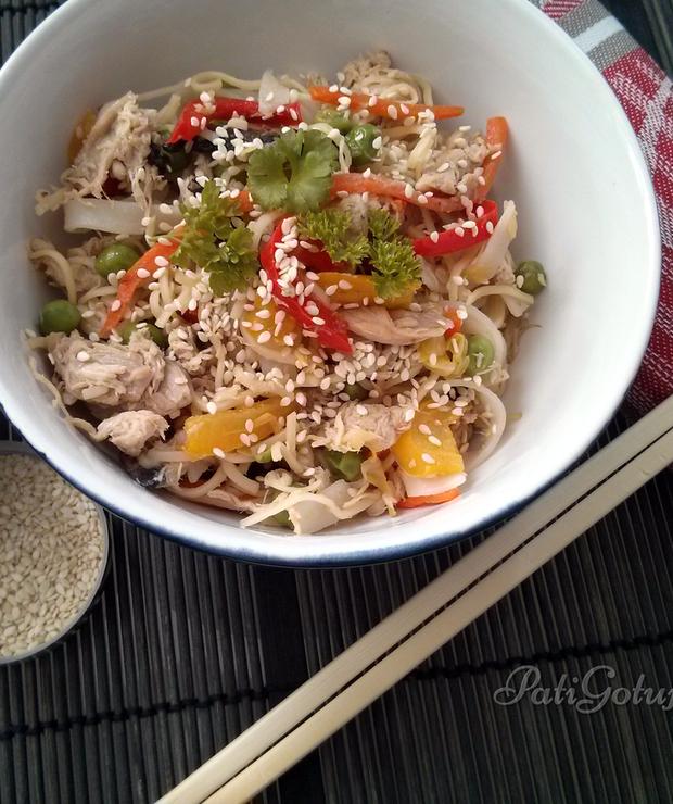 Makaron chiński z kurczakiem i warzywami - Drób