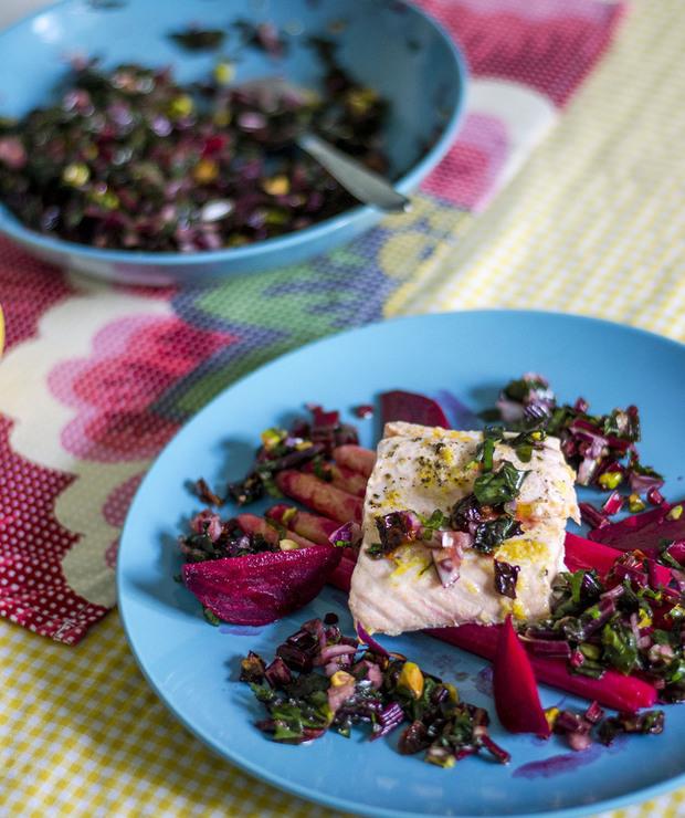 Łosoś z salsą z botwinki i szparagami - Łosoś