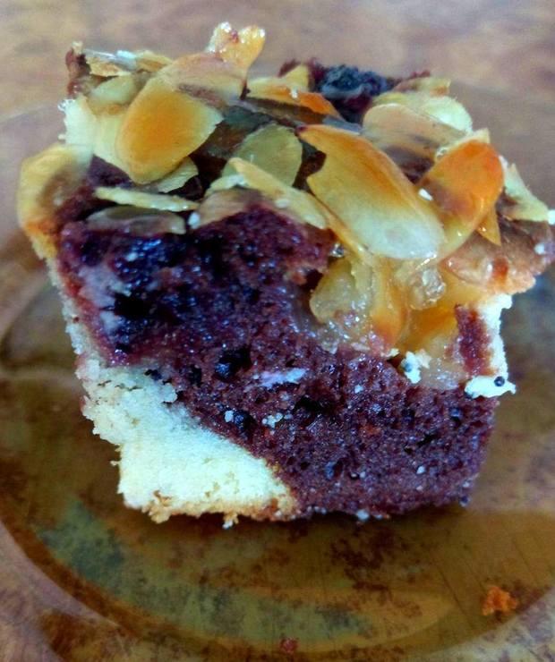 Szybkie ciasto z kakao i migdałami w karmelu - Ucierane