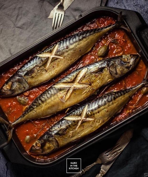 Świeża makrela pieczona na pomidorach - Makrela